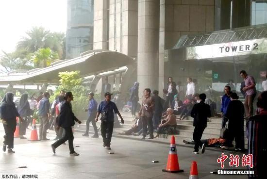 发生垮塌后,伤者被转移到大楼外,救援人员正展开营救工作。