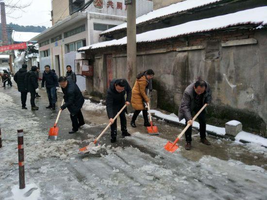 党员干部结对共建社区清扫积雪
