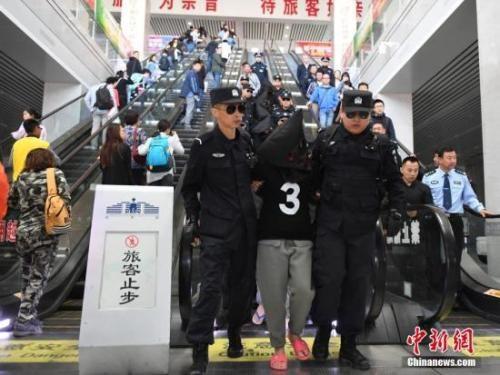 资料图:中国警方从境外押回数十名电信诈骗犯罪嫌疑人。 中新社记者 张瑶 摄