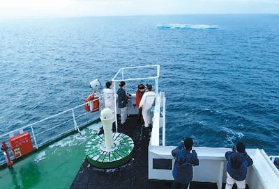 """图为中国货船""""天健""""轮顺利通过北极东北航道最险难航段维利基茨基海峡区段。李朝良摄(新华社发)"""