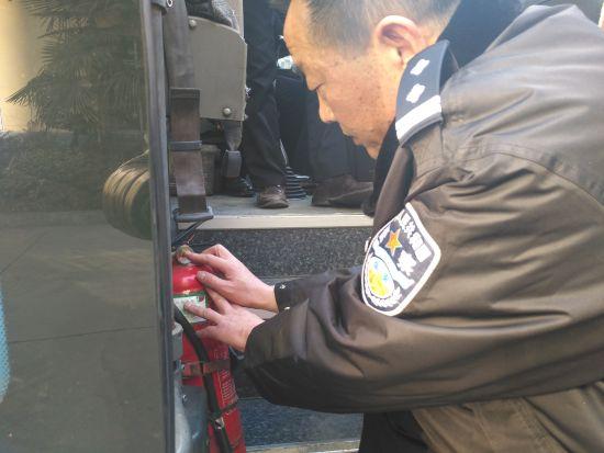 民警正在对客运车辆进行安检