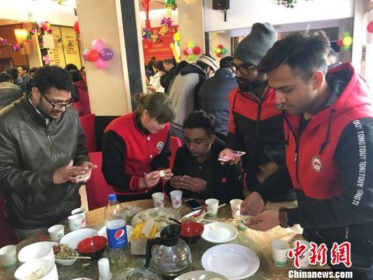 """留学生向中国""""师傅""""学习包饺子 钟欣 摄"""