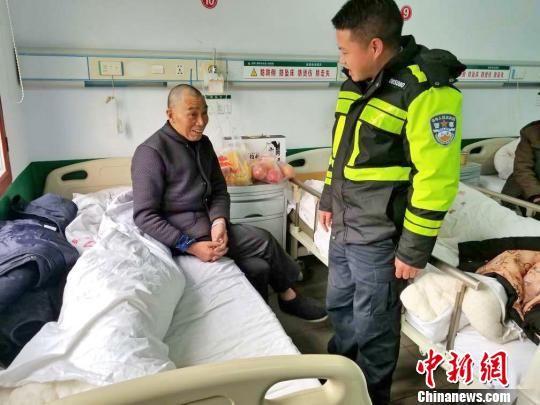 民警将老人送往五峰县医院进行治疗 鄢泽洲 摄