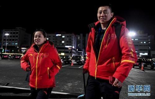 中国冰壶队选手王芮(左)和巴德鑫将参加首次在冬奥会立项的冰壶混双项目。 新华社记者 王昊飞 摄 图片来源:新华网
