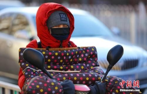 2月2日,北京民众在低温寒风中出行。中新社记者 杨可佳 摄