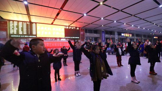 欢快的舞蹈给夜间候车室旅客助兴。 陈龙 摄