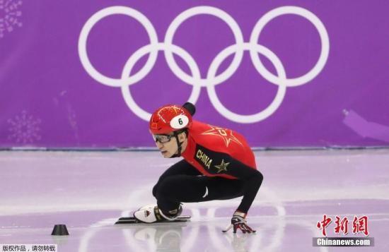 在平昌冬奥会短道速滑男子500米的决赛中,现世界排名第一的中国选手武大靖以创世界纪录的39秒584获得冠军。图为武大靖在比赛中。