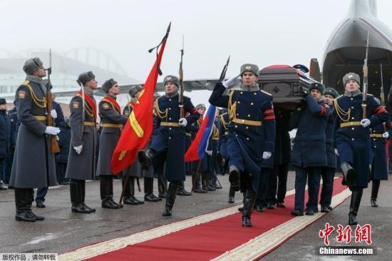 菲利波夫的遗体被运抵莫斯科奇卡洛夫机场后,搭乘伊尔76专机运往其家乡沃罗涅日安葬。在奇卡洛夫机场转机期间,俄国防部长绍伊古、总参谋长格拉西莫夫等人亲自到机场送行。