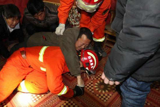 金沙娱乐网址:独居男子家中摔伤被困_消防官兵紧急救援(图)