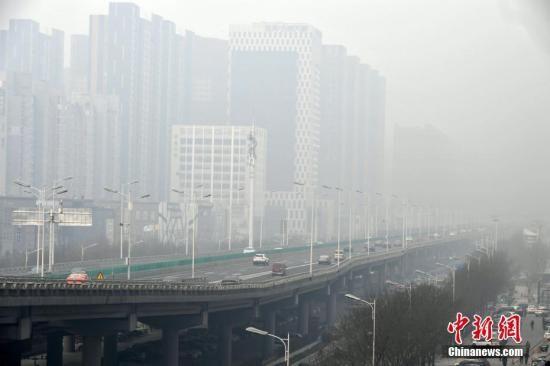 资料图:河北石家庄一高架桥被雾霾笼罩。中新社记者 翟羽佳 摄
