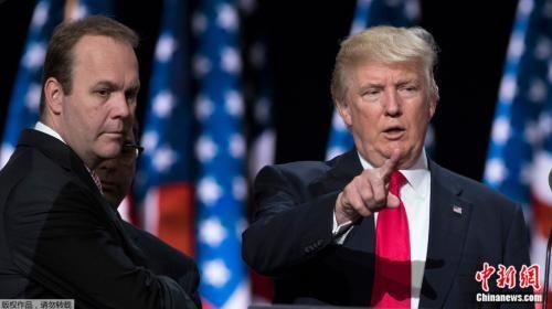 盖茨在2016年大选期间陪伴特朗普出现竞选活动。