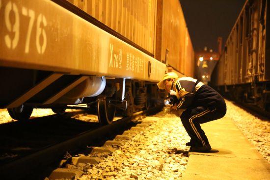 汉西车务段吴家山站调车人员认真检查车辆,确保中欧班列运行安全 作者:丁旭 熊文攀