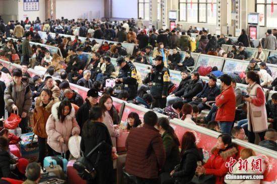 资料图:3月3日,正月十六,郑州火车站迎来节后返程客流高峰。 周延民 摄