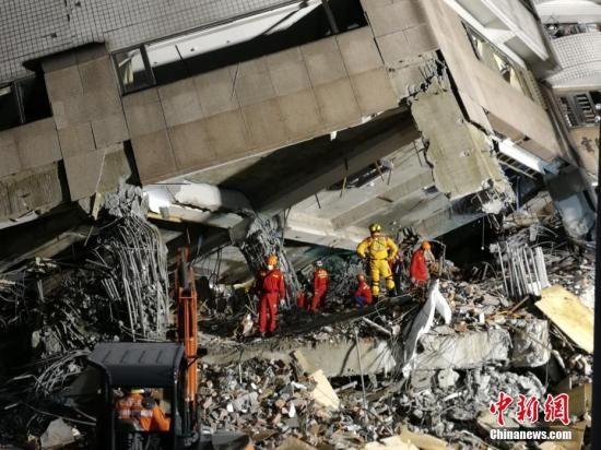 资料图:花莲地震中倾塌的云门翠堤大楼。 中新社记者 肖开霖 摄