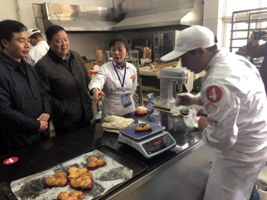 湖北省人社厅副局长曾向阳、安琪酵母董事长俞学锋观摩比赛