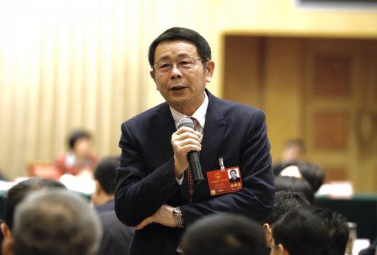 3月8日上午,全国两会湖北团开放日在驻地酒店举行。图为闫大鹏代表回答记者提问。