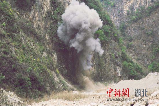 3月26日,20枚手榴弹引爆一瞬间,现场升起了蘑菇云。欧阳智慧 摄