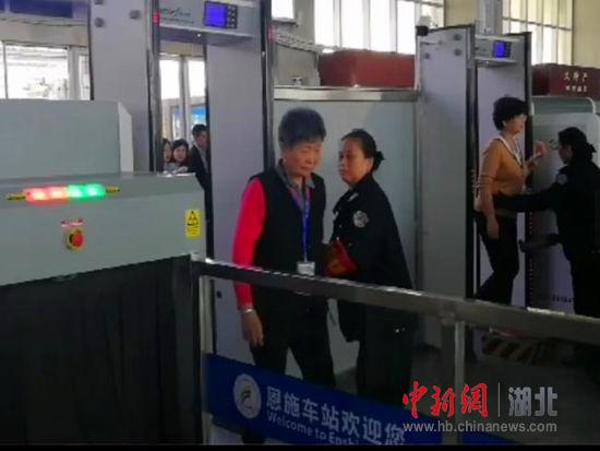 恩施站为专列游客开辟进站绿色通道 陈荆蓉 摄