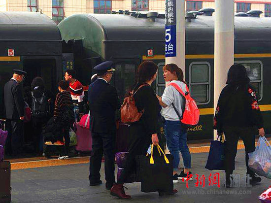 工作人员在站台上组织旅客乘降 陈荆蓉 摄