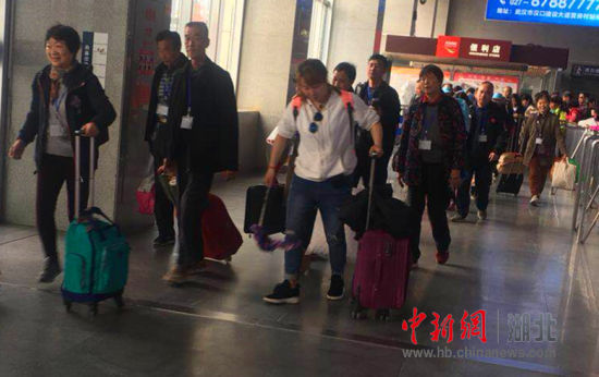 旅客从容登上返程列车 陈荆蓉 摄