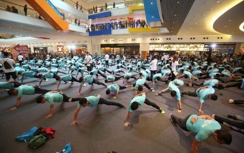 """香港300名警员及运动员4月7日合力创造""""最多人同时做单手俯卧撑""""的吉尼斯世界纪录。图片来源:香港《大公报》"""