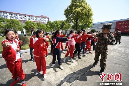 资料图:小学生进警营接受国家安全教育,武警官兵传授擒敌拳。 周亮 摄