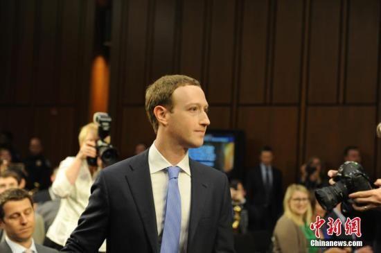 资料图:当地时间4月10日,美国社交媒体平台脸书的首席执行官马克・扎克伯格在美国参议院司法委员会和商业、科技和运输委员会举行的联合听证会上作证,并就脸书数据被滥用等问题道歉。 中新社记者 邓敏 摄
