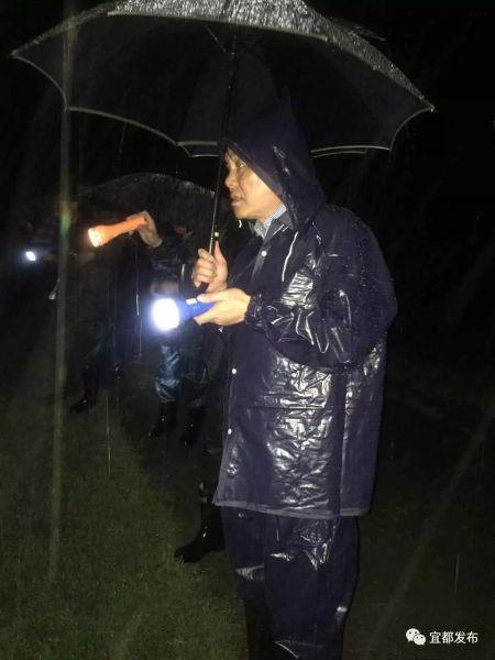 市委书记罗联峰带头出现在抗洪抢险第一线,深夜依旧在山洪沟险段组织抢险救援。