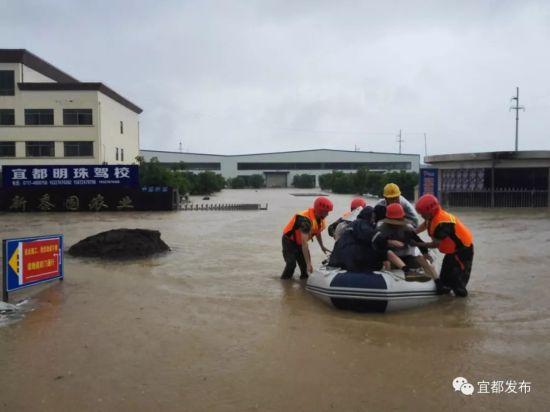 消防队员紧急出动,抢险救人。