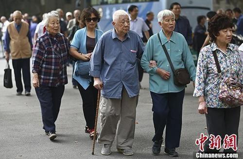 资料图:南京一所高校的退休教师们参加活动。 中新社记者 泱波 摄