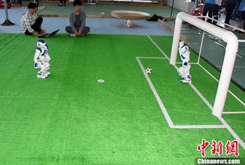 资料图:2018年3月29日,厦门大学大学生创新创业实践基地,大学生团队演示他们研发出的机器人足球。 中新社记者 孙自法 摄