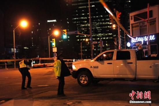 加拿大第一大城市多伦多当地时间4月23日午后发生一起汽车冲撞行人案件。截至当晚10时,已有10人罹难、15人受伤。图为当晚在事发现场附近,警方在周围多个路口拉起的警戒线仍未撤除,封路范围延伸超过1公里,行人与车辆的出入受到严格限制。目前肇事司机已被捕,但当局尚未确定这是否是一起恐怖袭击事件。中新社记者 余瑞冬 摄