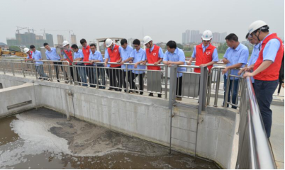 志愿者给观摩青年讲解污水处理
