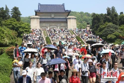 资料图:2017年4月30日,大批游客涌进南京中山陵参观。 中新社记者 泱波 摄