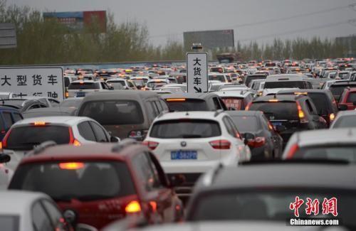 资料图:京台高速进京方向出现严重拥堵路段。 中新社记者 刘关关 摄