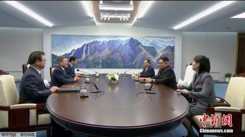 """当地时间4月27日上午,韩国总统文在寅与朝鲜最高领导人金正恩在板门店韩方一侧""""和平之家""""2层会谈场所,正式举行首脑会谈。(电视截图)"""