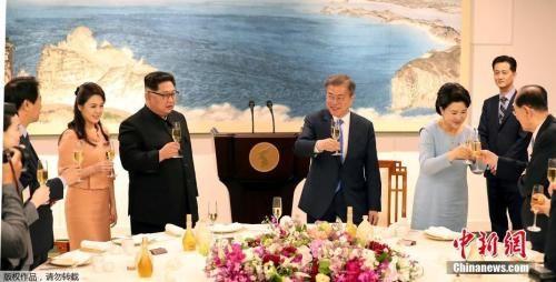 """当地时间4月27日,韩国总统文在寅在板门店韩方一侧""""和平之家""""3楼为朝鲜最高领导人金正恩和其夫人李雪主举行欢迎晚宴。双方在随行人员的陪同下共进晚餐,共话半岛和平与繁荣。图为晚宴现场。"""