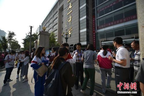 资料图:2017年6月7日,2017年高考大幕正式拉开,北京市171中学考点的考生陆续进入考场。中新网记者 金硕 摄