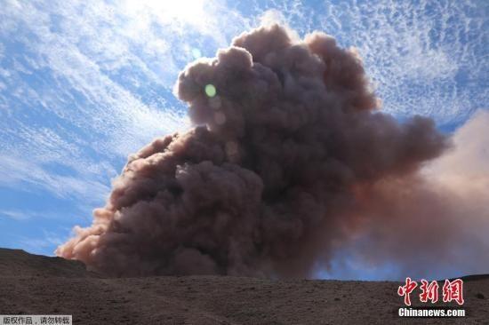 基拉韦厄火山(Kilauea Volcano)喷发,大量熔岩流到山下村庄。图为基拉韦厄火山喷发场景。