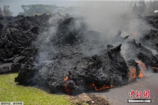 基拉韦厄火山再度喷发,大量熔岩流到山下村庄,所经之处起火燃烧、浓烟滚滚,约1万人被强制疏散。
