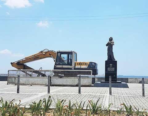 """资料图:一辆挖掘机出现在菲律宾""""慰安妇""""铜像后面。(图片来源:《菲律宾商报》)"""
