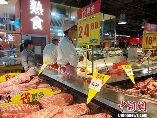 超市里的熟食区。中新网记者 李金磊 摄