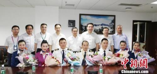 5月14日晚,机组亮相成都市第一人民医院,机组人员状态良好,前排中间男性为机长刘传健。 时光 摄