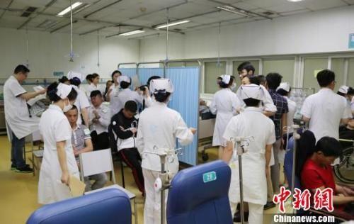 5月14日,成都市第一人民医院急诊室内部分乘客接受检查。 时光 摄