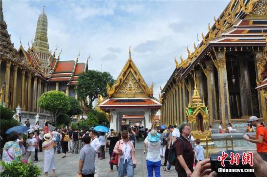 资料图:泰国曼谷大皇宫内玉佛寺游人如织。中新社发 王雪 摄