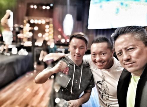 樊艳超(左一)与傅华阳(右一)。(图片来源:美国侨报网)