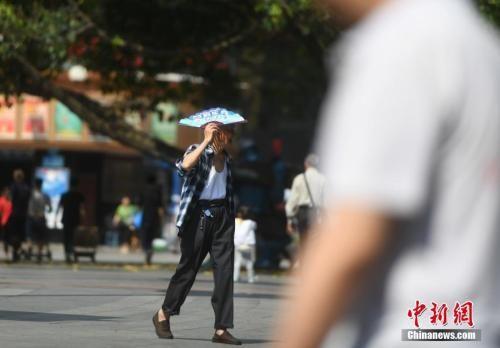 """5月16日,重庆市主城区气温飙升,室外温度已经超过35℃,提前进入了""""烘烤""""模式。陈超 摄"""