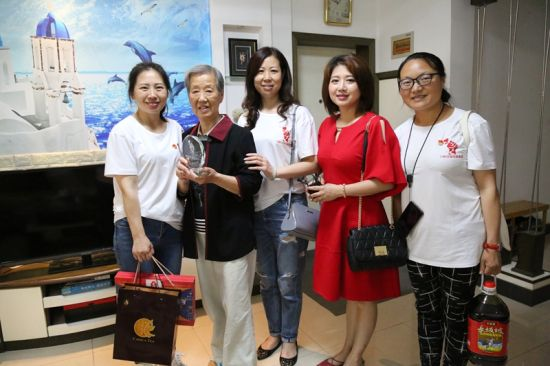 志愿者深入81岁的全国劳模项中萍家中致敬