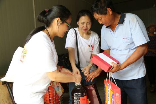 志愿者向湖北省劳模、农民工罗芝兵致敬