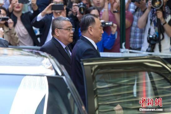 当地时间5月30日,朝鲜劳动党中央委员会副委员长金英哲抵达美国纽约联合国广场大厦。他将于本周在纽约会见美国国务卿蓬佩奥。金英哲为18年来访美的朝鲜最高级别官员。中新社记者 廖攀 摄